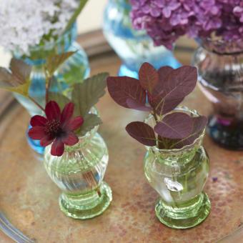 rostig bricka små vaser blommor